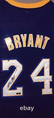 Kobe Bryant A Signé Le Maillot Uda