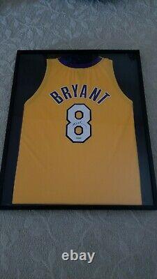Kobe Bryant Framed Autographed Jersey Avec Lakers Uda # 8