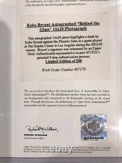 Kobe Bryant Lakers Derrière Le Verre Signé Autographié Uda 16x20 #24/208