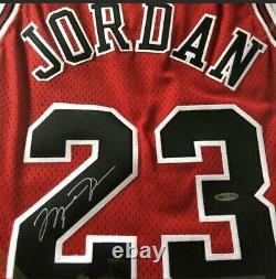 Michael Jordan A Dédicacé Jersey Uda Pont Supérieur. Rouge De Route