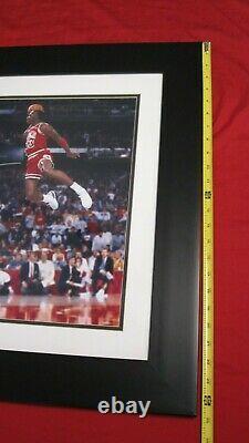 Michael Jordan A Signé Uda 16x20 1988 Lancer Gratuitement Dunk Photo Framed Autographe Automatique