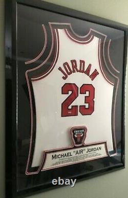 Michael Jordan Autographed Uda Maillot Blanc Magnifiquement Encadrée