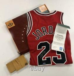 Michael Jordan Autographié Chicago Bulls Final Floor Red Jersey Uda Le 230