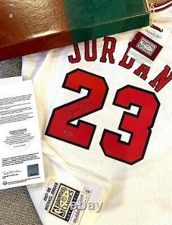 Michael Jordan Autographié Chicago Bulls White Authentic M&n Jersey Uda W Box