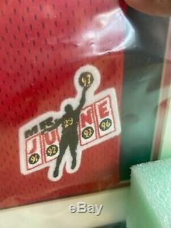 Michael Jordan Mr. Juin Uda Jersey 226/323 Boîte D'origine Et Plate-forme Supérieure En Plastique