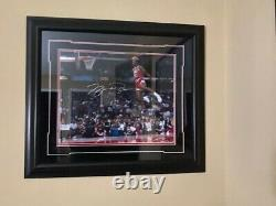 Michael Jordan Signé 16x20 Slam Dunk Photo Encadrée Uda Upper Deck