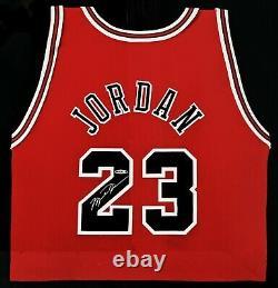Michael Jordan Signé Encadré Red Jersey Bulls Uda