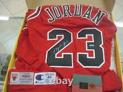 Michael Jordan Uda Autograph Auto Signé 95-96 Champion Maillot Rouge Avec Coa & Box