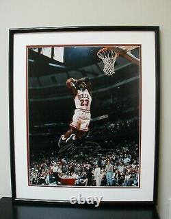 Rare Michael Jordan Mid-air Slam Photo 16x20 Encadré Autographié Uda/coa